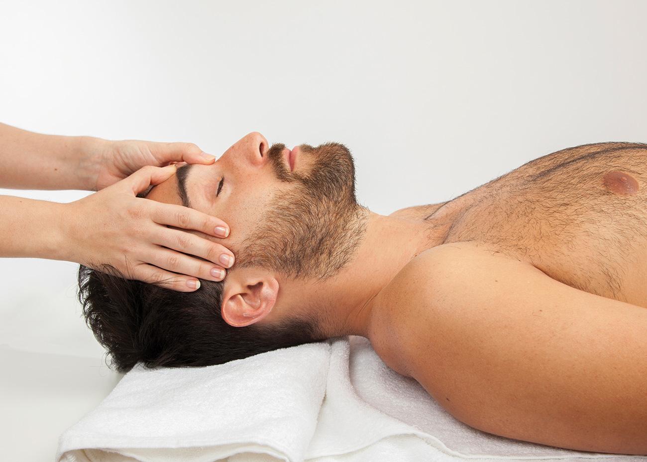 Homme reçoit massage dans la tête