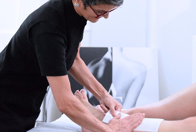 Femme dépilation des jambes. Institut de Beauté.