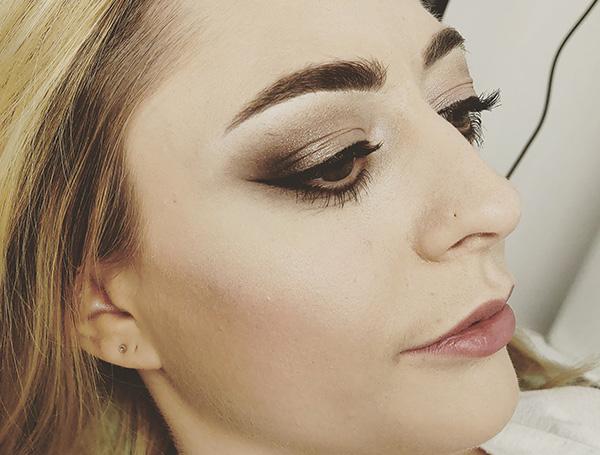 Femme avec maquillage sur l'oeil -Institut de beauté