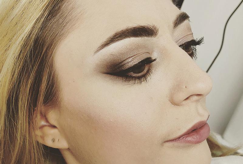 Femme avec maquillage sur l'oeil