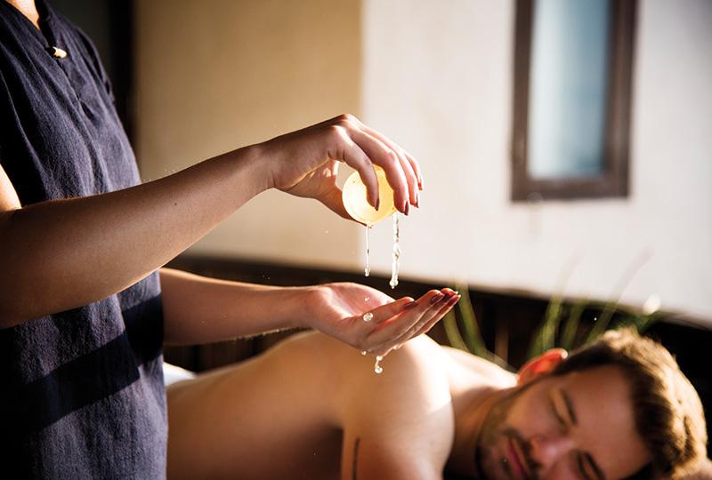 Massage homme sur le dos
