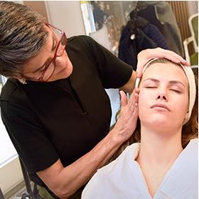 Femme aplique maquillage à une fille. Institute de Beauté. Terra Lucentum