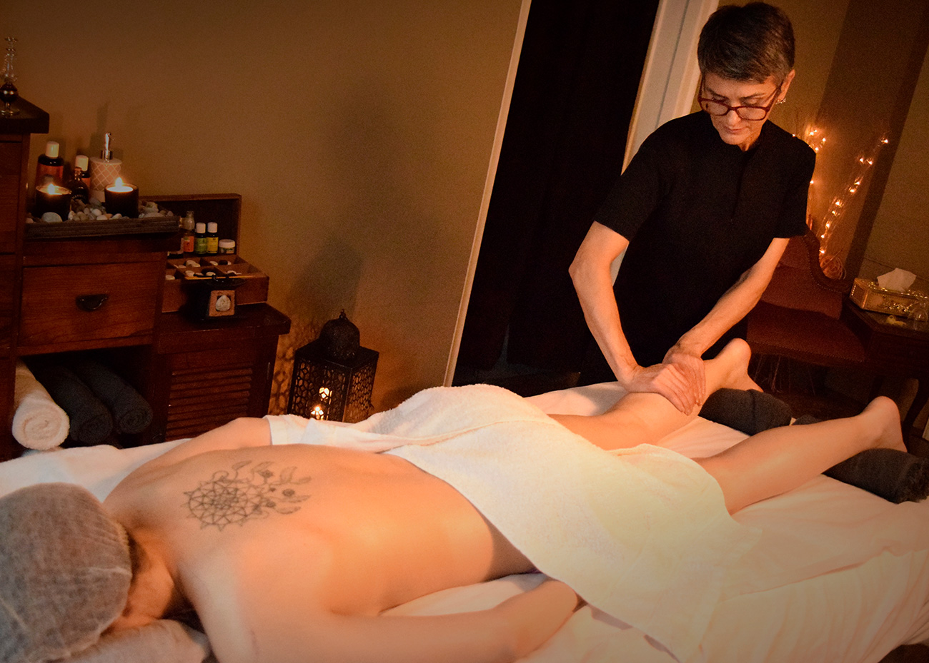 Femme fait massage. Institut de Beauté Terra Lucentum