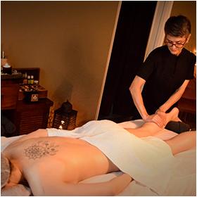 Femme qui massage une fille. Institut de Beauté