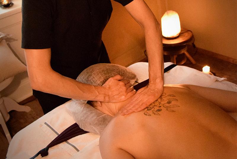Massage sur dos. Beauté