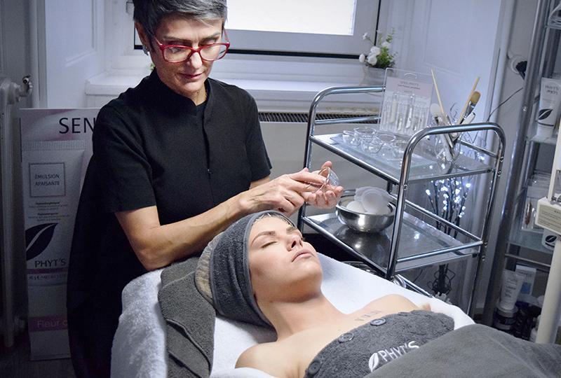 Femme avec traitement du visage.Institut de beauté